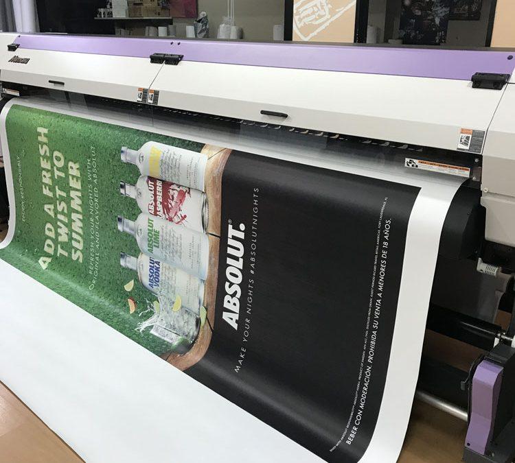 Impresora laser imprimiendo una lona para vía pública
